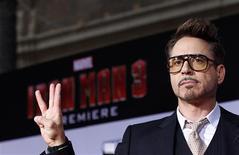 """Integrante do elenco Robert Downey Jr. posa durante estreia do filme """"Homem de Aço 3"""", em Hollywood. O ator que fez enorme sucesso nas bilheterias com seu personagem Homem de Ferro, assinou contrato para viver o super-herói em mais dois episódios da série """"Os Vingadores"""". 24/04/2013 REUTERS/Mario Anzuoni"""