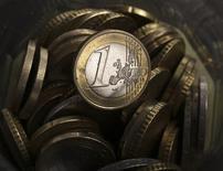 Le Livret A et le Livret de développement durable (LDD) ont drainé 430 millions d'euros en mai, en net retrait par rapport aux mois précédents. Au total, les sommes déposées sur ces deux produits d'épargne défiscalisés atteignent depuis le début de l'année 21,09 milliards d'euros. /Photo d'archives/REUTERS/Kacper Pempel