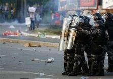 Policiais durante confronto antes de jogo da Copa das Confederações entre Uruguai e Nigéria, em Salvador, na quinta-feira. REUTERS/Kai Pfaffenbach