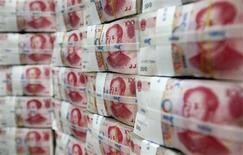 La Chine dispose de liquidités amplements suffisantes et la récente envolée des taux sur le marché monétaire résulte des distorsions engendrées par le développement des opérations spéculatives et du financement non-bancaire, a déclaré dimanche l'agence de presse officielle Xinhua. Les marchés monétaires chinois ont été secoués cette semaine par la décision de la Banque populaire de Chine (PBOC) de limiter ses injections de liquidités. /Photo d'archives/REUTERS/Lee Jae-Won
