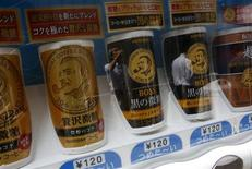 Le japonais Suntory Holdings, propriétaire d'Orangina, va introduire sa principale filiale de boissons sans alcool et de produits alimentaires au prix de 3.100 yens par action, une opération qui lui permettra de lever 388 milliards de yens (trois milliards d'euros) pour financer des acquisitions. /Photo prise le 24 juin 2013/REUTERS/Issei Kato