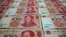 Банкноты в 100 юаней в Пекине 7 мая 2013 года. Опасения по поводу кредитного кризиса в банковском секторе Китая смягчились в понедельник на фоне снижения краткосрочных процентных ставок, и на рынке имеется достаточно средств, но банкам необходимо улучшить управление ликвидностью и контроль над кредитами, сообщил центробанк. REUTERS/Petar Kujundzic
