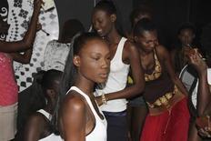"""Modelos se preparam para desfile nos bastidores da semana de moda de Dacar, no Senegal. Como muitas mulheres nas ruas senegalesas, algumas modelos da África Ocidental estão clareando sua pele, na esperança de conseguir o tom """"café com leite"""" que alguns consideram ser o ideal estético. 20/06/2013 REUTERS/Elise Knutsen"""