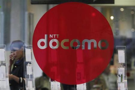 6月25日、NTTの渡辺大樹副社長は、子会社NTTドコモが米アップルのiPhoneを取り扱うことの是非について「当面の競争に打ち勝つための手段」とし、あり得るとの見解を示した。2010年4月撮影(2013年 ロイター/Issei Kato)