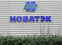 Логотип Новатэка на стене офиса продаж компании в Москве 16 сентября 2012 года. Второй по величине российский производитель газа Новатэк увеличил свою долю в газовой компании Нортгаз до 50 процентов с 49 в результате допэмиссии акций, сообщил Новатэк. REUTERS/Maxim Shemetov