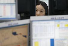 Валютный дилер в банке в Сеуле 24 июня 2013 года. Азиатские фондовые рынки, кроме Гонконга, снизились во вторник из-за опасений за состояние банковской системы Китая. REUTERS/Lee Jae-Won