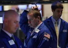 Трейдеры на Нью-Йоркской фондовой бирже 24 июня 2013 года. Американские рынки акций открылись ростом во вторник. REUTERS/Brendan McDermid
