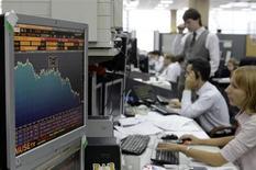 """Трейдеры Альфа-банка в Москве 18 сентября 2008 года. Российские фондовые индексы отскочили во вторник при лидерстве высоковолатильных акций электроэнергетики, подав игрокам надежду на возврат к росту, а """"защитные"""" бумаги Магнита упали против рынка. REUTERS/Denis Sinyakov"""