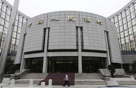 6月25日、中国人民銀行(中央銀行)は、一時的に資金不足に陥った銀行に対し、必要なら資金を供給する考えを示した。写真は北京の人民銀前で同日撮影(2013年 ロイター/Jason Lee)