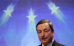 Presidente do BCE, Mario Draghi, discursa durante conferência em Berlim, Alemanha. Alguns dos principais membros de bancos centrais do mundo buscaram nesta terça-feira acalmar os mercados que reagiram antecipadamente ao impacto do plano do Federal Reserve, banco central norte-americano, de reduzir suas compras de títulos. 25/06/2013 REUTERS/Fabrizio Bensch