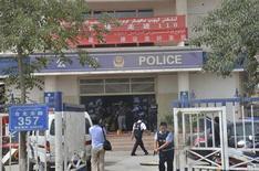 Полицейские пытаются спасти заложников из полицейского участка в городе Хотан в Синьцзян-Уйгурском автономном районе 18 июля 2011 года. Вооруженные ножами группы напали на полицейский участок и здание местной администрации в среду в северо-западном Синьцзян-Уйгурском автономном районе Китая, в результате чего в схватках с силами правопорядка погибло 27 человек, сообщило агентство Синьхуа. REUTERS/Xinjiang Public Security Bureau/Handout