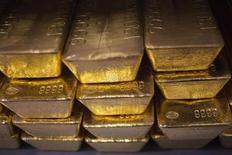 Золотые слитки на монетном дворе в Уэст-Пойнте, штат Нью-Йорк, 5 июня 2013 года. Цены на золото снизились до минимума почти трех лет под давлением сильных макроэкономических показателей США, дающих ФРС повод сократить стимулирующую программу в этом году. REUTERS/Shannon Stapleton