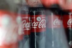 """Imagen de archivo de unas botellas de Coca-Cola en una fábrica a las afueras de Yangon, Myanmar, jun 4 2013. Coca-Cola Co planea lanzar una nueva bebida cola de calorías moderadas en Argentina llamada """"Coca-Cola Life"""", la que será endulzada con azúcar y stevia, dijo el miércoles una publicación dedicada al sector. REUTERS/Soe Zeya Tun"""
