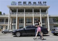People walk past a branch of China Minsheng Bank in Beijing, June 27, 2013.REUTERS/Jason Lee