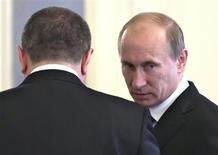 Российский премьер Владимир Путин разговаривает с заместителем Игорем Сечиным перед заседанием Совета безопасности в Москве 9 июня 2010 года. Масштабная распродажа государственных активов, за счет которой российские власти рассчитывали получать в бюджет по $10-15 миллиардов в год, будет скромнее, признало Минэкономики и предложило заместить выпадающие доходы пенсионными деньгами в обмен на акции госмонополий. REUTERS/RIA Novosti/Kremlin/Dmitry Astakhov