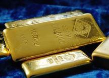 """Слитки золота на заводе Oegussa в Вене 16 апреля 2013 года. Золотовалютные резервы РФ сократились на $5,3 миллиарда за прошлую неделю, в основном из-за отрицательной переоценки золота и евро, из-за валютных интервенций ЦБ; другие факторы также оказали негативный эффект на динамику ЗВР, за исключением операций """"валютный своп"""", в ходе которых Центробанк получал валюту от коммерческих банков. REUTERS/Heinz-Peter Bader"""