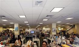 Un grupo de clientes de Barnes and Noble en una de sus tiendas en Nueva York, jun 25 2013. El gasto del consumidor estadounidense rebotó en mayo y las nuevas solicitudes de subsidio por desempleo cayeron la semana pasada, lo que sugiere que la economía del país se mantiene en un camino de crecimiento moderado. REUTERS/Brendan McDermid