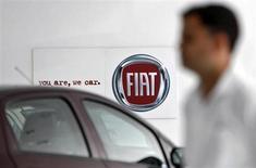 Fiat pourrait exercer dès lundi une option pour racheter une nouvelle tranche de 3,3% dans Chrysler - déjà détenu à 58,5% par le constructeur italien - auprès du trust américain Veba (Voluntary Employees Beneficiary Association), qui verse les prestations d'assurance maladie aux retraités de groupe américain. /Photo prise le 3 avril 2013/REUTERS/Mansi Thapliyal