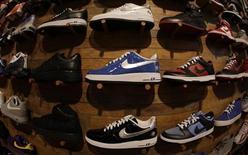 Nike a vu son bénéfice trimestriel progresser lors de son quatrième trimestre clos fin mai (à 668 millions de dollars contre 549 millions un an auparavant) et a fait état d'une augmentation de ces commandes de chaussures et de vêtements, notamment en Amérique du Nord. /Photo d'archives/REUTERS/Lucy Nicholson