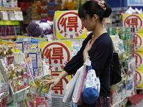 Les prix à la consommation ont cessé de baisser en mai pour la première fois en sept mois au Japon. Cette donnée, combinée à d'autres indicateurs positifs, semble indiquer que la politique de relance initiée par le Premier ministre Shinzo Abe pour sortir de la déflation qui plombe le pays depuis près de 15 ans continue de porter ses fruits, même si bon nombre d'investisseurs restent sceptiques. /Photo prise le 28 juin 2013/REUTERS/Yuya Shino