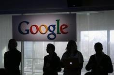 """Google travaillerait au développement d'une console de jeux et d'une """"montre intelligente"""" fonctionnant avec son système d'exploitation Android et ces deux appareils pourraient être disponibles dès l'automne prochain, selon le Wall Street Journal. /Photo d'archives/REUTERS/Robert Galbraith"""