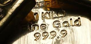 Слитки золота в центральном офисе монетного двора Австрии в Вене 23 апреля 2013 года. Цены на золото упали до минимального уровня с августа 2010 года и, скорее всего, продемонстрируют худший квартальный показатель с 1968 года из-за страха перед сокращением стимулирующей программы ФРС. REUTERS/Leonhard Foeger
