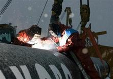 """Рабочие Газпрома ведут сварочные работы на газопроводе возле Ухты 3 декабря 2008 года. Российский газовый концерн Газпром назвал проект Ямал-Европа-2, категорически против которого выступает Польша, """"более чем реалистичным"""" и вероятность его реализации """"очень-очень высокой"""". REUTERS/Sergei Karpukhin"""