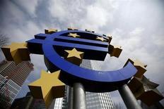 Символ евро у здания ЕЦБ во Франкфурте-на-Майне 4 апреля 2013 года. Европейский центробанк опроверг сообщение немецкой газеты о том, что он обдумывает запуск новой программы скупки облигаций, в рамках которой будет покупать долг всех 17 стран еврозоны. REUTERS/Lisi Niesner