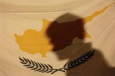 Standard & Poor's a déclassé vendredi la dette souveraine de Chypre, la ramenant de CCC à défaut sélectif. Cette décision fait suite à l'annonce jeudi par Nicosie du lancement d'un programme d'échange dette d'un milliard d'euros, destiné à l'aider à remplir l'une des conditions de son programme de renflouement international convenu avec l'Union européenne et le FMI. /Photo prise le 24 mars 2013/REUTERS/Yorgos Karahalis