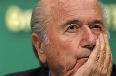 O presidente da Fifa, Joseph Blatter, ouve uma pergunta durante entrevista coletiva no Rio de Janeiro nesta sexta-feira. 28/06/2013 REUTERS/Sergio Moraes