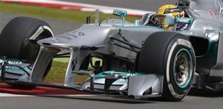 O piloto britânico Lewis Hamilton faz uma curva durante a sessão qualificatória do Grande Prêmio Britânico no circuito de Silverstone Race, no centro da Inglaterra. 29/06/2013 REUTERS/Chris Helgren