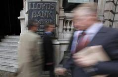 Pedestrians walk past a branch of Lloyds Bank in the City of London November 3, 2009. REUTERS/Andrew Winning