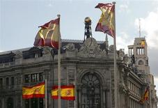 Spanish flags are seen in front of the Bank of Spain headquarters in Madrid, May 9, 2013. REUTERS/Paul Hanna