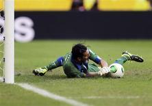 O goleiro italiano Gianluigi Buffon defende pênalti cobrado por Walter Gargano, do Uruguai, na decisão do 3o lugar na Copa das Confederações, em Salvador. REUTERS/Ivan Alvarado
