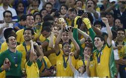 Jogadores do Brasil levantam troféu de campeão da Copa das Confederações neste domingo. REUTERS/Marcos Brindicci