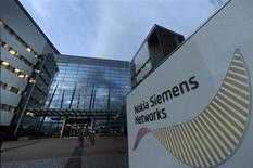 Le fabricant finlandais de téléphones mobiles Nokia va racheter à Siemens sa participation dans leur coentreprise Nokia Siemens Networks (NSN) pour 1,7 milliard d'euros. /Photo d'archives/REUTERS/Vesa Moilanen/ Lehtikuva