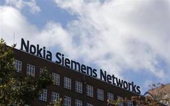 Логотип Nokia Siemens Networks на крыше офиса компании в Берлине 9 октября 2012 года. Nokia отдаст 1,7 миллиарда евро ($2,2 миллиарда) за долю Siemens AG в совместном предприятии двух компаний по производству сетевого оборудования, чтобы вернуть своему бизнесу стабильность на фоне неудач на рынке смартфонов. REUTERS/Fabrizio Bensch