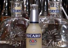 Le titre Pernod Ricard gagnait 2,48%, plus forte hausse du CAC 40, à la mi-séance en Bourse de Paris. Les valeurs de la consommation profitent de l'intérêt de plusieurs gérants pour ces titres en ce début de second semestre : ils estiment que le développement de la consommation dans les pays émergents devrait rester favorable à ces secteurs. /Photo d'archives/REUTERS