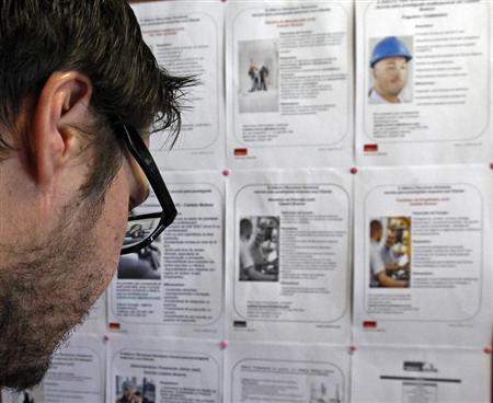 7月1日、欧州連合(EU)統計局が発表した5月のユーロ圏の失業率は12.1%で、4月の12.0%(改定値)から上昇し、過去最悪の水準に達した。写真は求人広告を見詰める学生。6月撮影(2013年 ロイター/Jose Manuel Ribeiro)