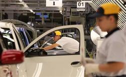 Operários recebem treinamento em linha de montagem em nova fábrica da Toyota, em Sorocaba. A produção industrial brasileira caiu 2,0 por cento em maio frente a abril e, em relação ao mesmo mês de 2012, mostrou expansão de 1,4 por cento, segundo dados divulgados pelo Instituto Brasileiro de Geografia e Estatística (IBGE) nesta terça-feira. 9/08/2012. REUTERS/Paulo Whitaker