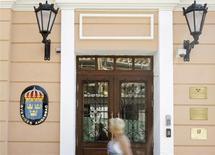 Женщина проходит мимо посольства Швеции в Минске 8 августа 2012 года. Швеция вернула главу дипмиссии в Белоруссию, после того как год назад прежний посол был выслан из страны в ответ на бомбардировку белорусского поселка плюшевыми игрушками с борта шведского самолета. REUTERS/Vasily Fedosenko
