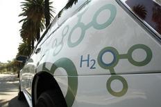 General Motors et Honda Motor développeront ensemble sur une période de sept ans des véhicules fonctionnant avec des piles à combustible à l'hydrogène, dernière alliance en date dans un secteur automobile exposé à des normes d'émissions plus strictes et qui veut réduire les coûts technologiques. /Photo d'archives/REUTERS/Mario Anzuoni