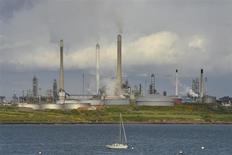 НПЗ в Пембрукшире 16 мая 2013 года. Цены на американскую легкую нефть превысили отметку $100 за баррель, достигнув 14-месячного максимума в среду, так как трейдеры ставят на резкое сокращение запасов в США. REUTERS/Toby Melville