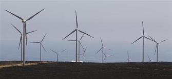 GDF Suez étudie la possibilité de vendre des participations dans ses activités éoliennes et solaires en France et ailleurs en Europe afin de réduire sa dette. Le groupe chercherait à récupérer au moins 600 millions d'euros en cédant 60% de certains projet représentant au total une capacité de production de 1.000 mégawatts. /Photo d'archives/REUTERS/Víctor Ruiz Caballero