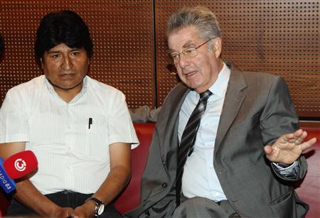 Bolivian President Evo Morales (L) and Austrian President Heinz Fischer address a news conference at the Vienna International Airport in Schwechat July 3, 2013. REUTERS/Heinz-Peter Bader