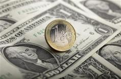 Le dollar devrait progresser par rapport aux principales devises internationales jusqu'à la mi-2014 à la faveur de la bonne santé relative de l'économie américaine, selon les résultats d'une enquête menée par Reuters. De son côté, l'euro est handicapé par la résurgence de tensions sur certaines dettes souveraines de la zone euro du fait de la crise politique au Portugal survenue mardi. /Photo d'archives/REUTERS/Kacper Pempel