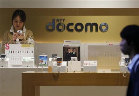 7月4日、NTTドコモの加藤社長は「ツートップ戦略」について、機種変更の増加で端末販売は伸びているものの、他社との顧客獲得競争の面では「即効果は出てこない状況」と述べた。写真は都内で3日撮影(2013年 ロイター/Issei Kato)