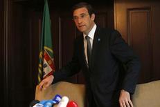 """Le Premier ministre portugais a annoncé jeudi avoir trouvé une solution permettant d'assurer la stabilité de la coalition gouvernementale mais le contenu de cette """"formule"""" reste à préciser pour apaiser les craintes d'une remise en cause du plan d'aide international. /Photo prise le 3 juillet 2013/REUTERS/Tobias Schwarz"""