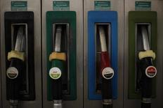 Топливные пистолеты на АЗС Cepsa Petroleum в Куэвас-дель-Бесерро 4 марта 2011 года. Нефть Brent в пятницу держится выше $105 за баррель в ожидании данных о занятости в США, которые могут поддержать уверенность в крупнейшем мировом потребителе нефти. REUTERS/Jon Nazca