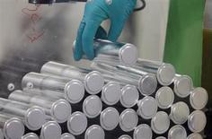 Production de batteries lithium-ion dans une usine Saft à Nersac. Le titre du fabricant de batteries de haute technologie pourrait réagir à l'ouverture de la Bourse de Paris, le groupe ayant annoncé vendredi que son chiffre d'affaires 2013 se situera dans le bas de ses prévisions. /Photo d'archives/REUTERS/Régis Duvignau